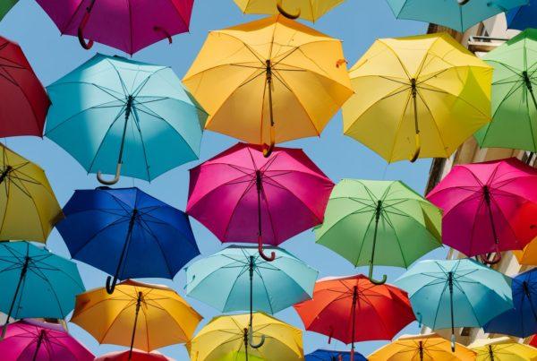 Regenschirme symbolisieren Rückversicherer